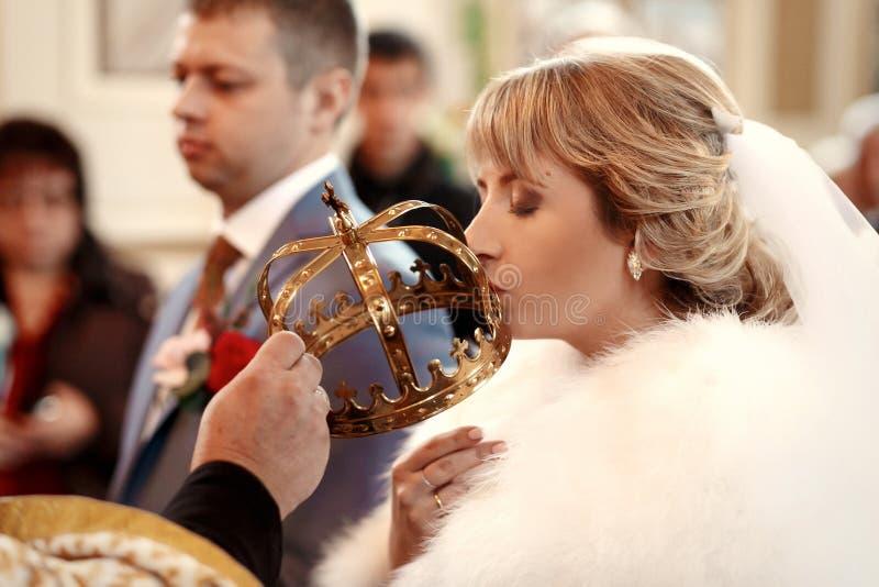Piękni nowożeńcy na ślubnej ceremonii w kościół obraz stock