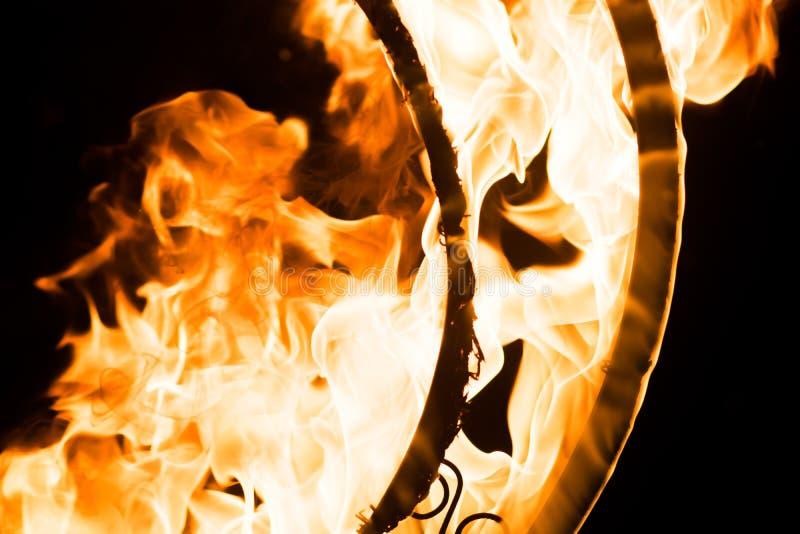 Piękni płomienie na dekoracyjnym grille w zmroku, obraz royalty free