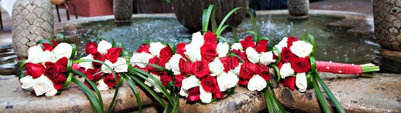 Piękni panny młodej & drużki kwiaty fotografia royalty free