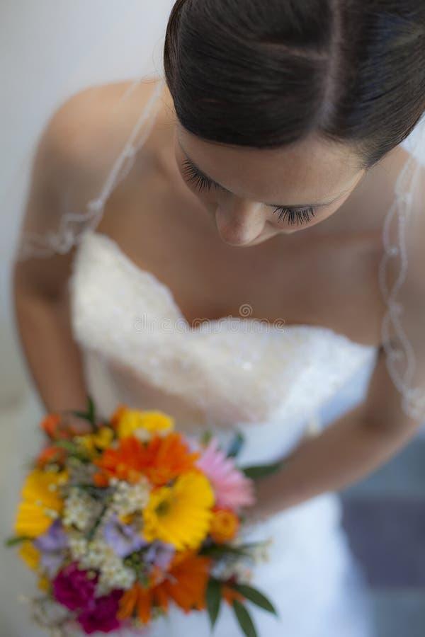 Piękni Panny młodej mienia kwiaty zdjęcia stock