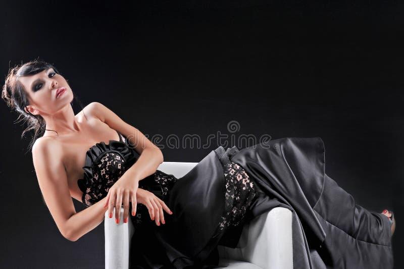Piękni potomstwa fasonują kobiety pozuje na czarnym tle zdjęcie royalty free