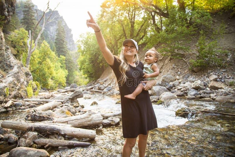 Piękni potomstwa macierzyści i jej syn bawić się w naturze w wielkim outdoors obraz stock