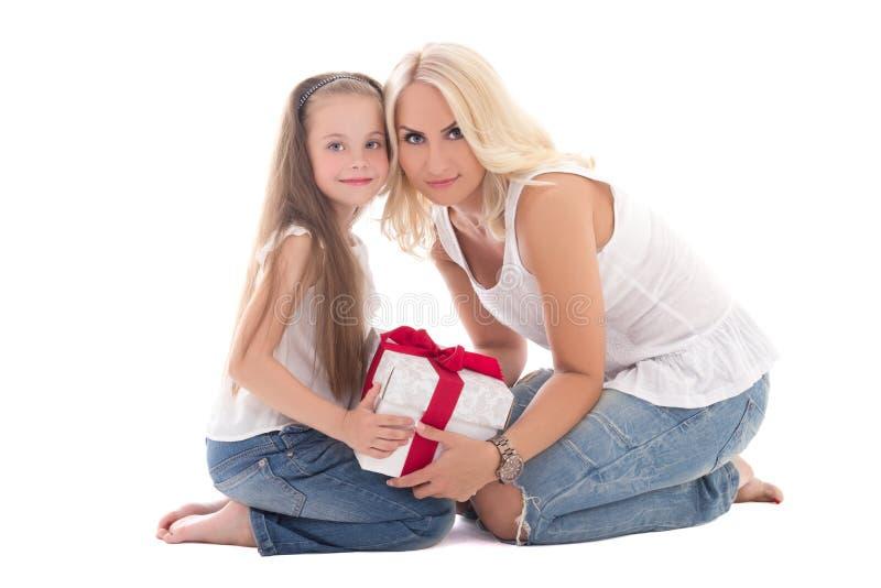 Piękni potomstwa macierzyści i mały córki obsiadanie z prezenta pudełkiem zdjęcie royalty free