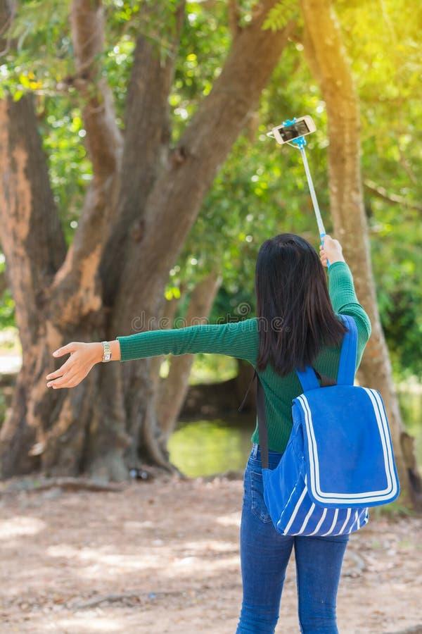 piękni potomstwa Uszczęśliwiony ładny dziewczyny selfie podczas gdy spacer w naturze zdjęcie stock