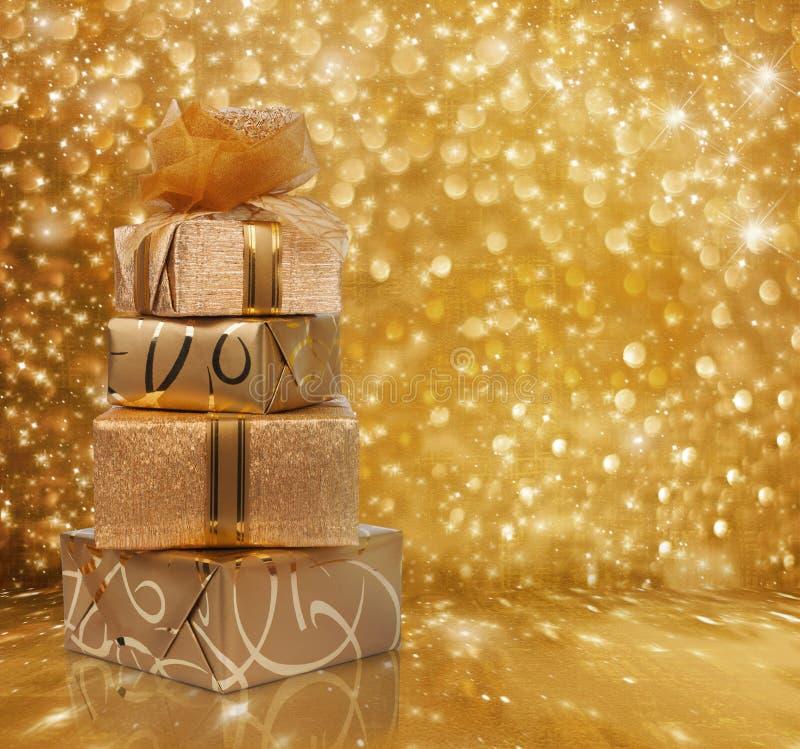 Piękni prezentów pudełka w złoto papierze z jedwabiem wzrastali obraz royalty free