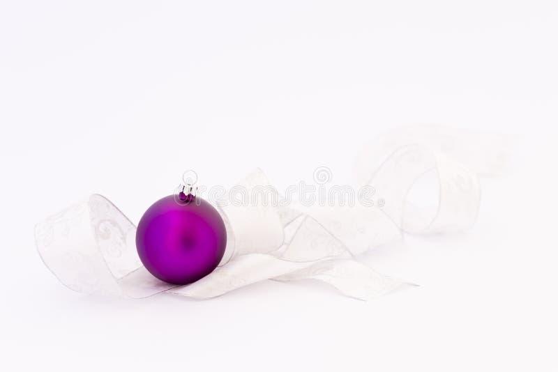 Piękni purpurowi boże narodzenia balowi z białym faborkiem obrazy royalty free