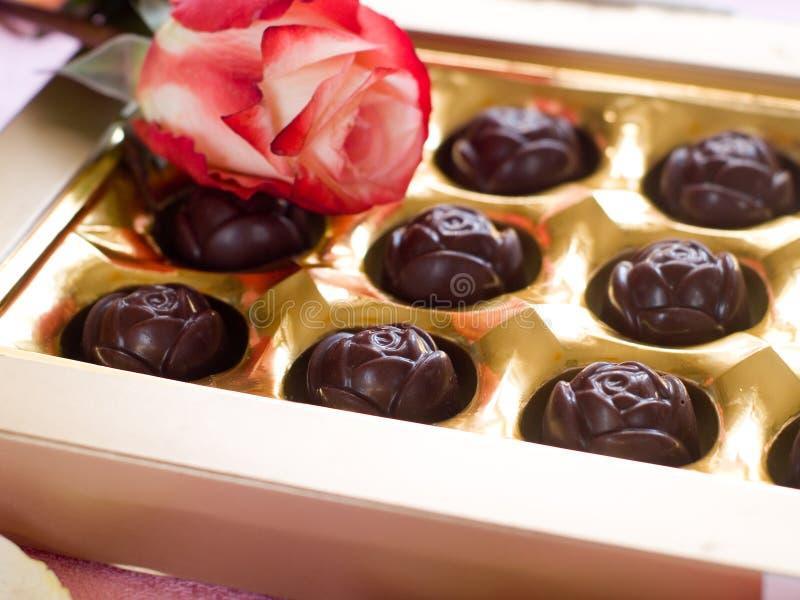 Piękni różani i czekoladowi cukierki obrazy royalty free