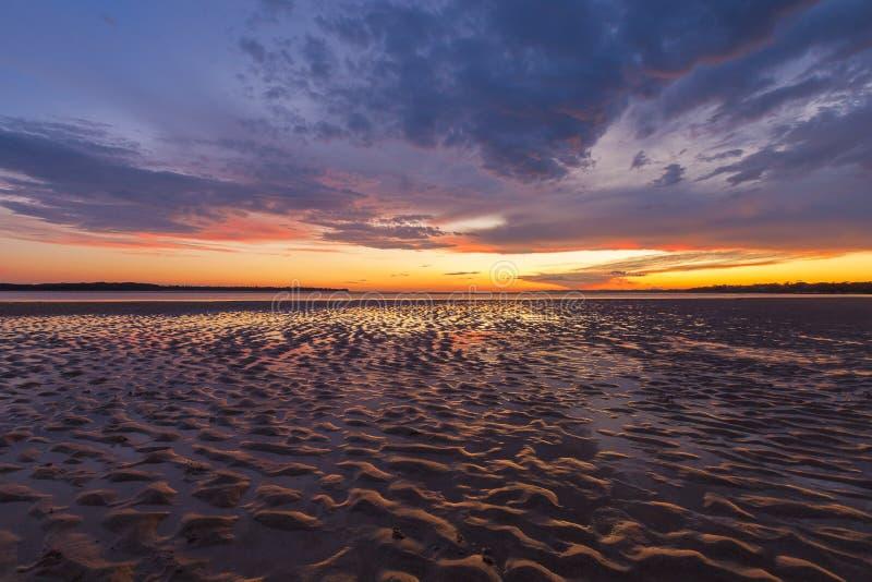 Piękni rozjarzeni zmierzchów odbicia w piasku pluskoczą, Inverloch, obrazy royalty free