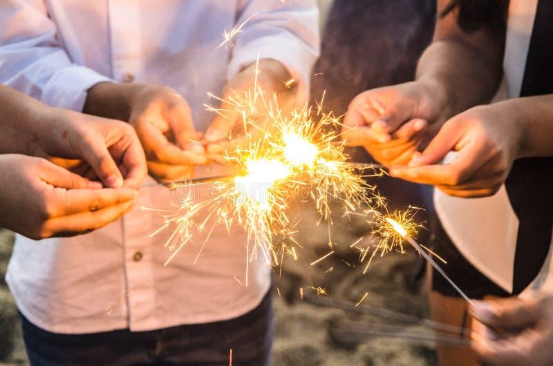 Piękni sparklers w ludziach ręk, xmas i nowego roku pojęcie, zdjęcie royalty free