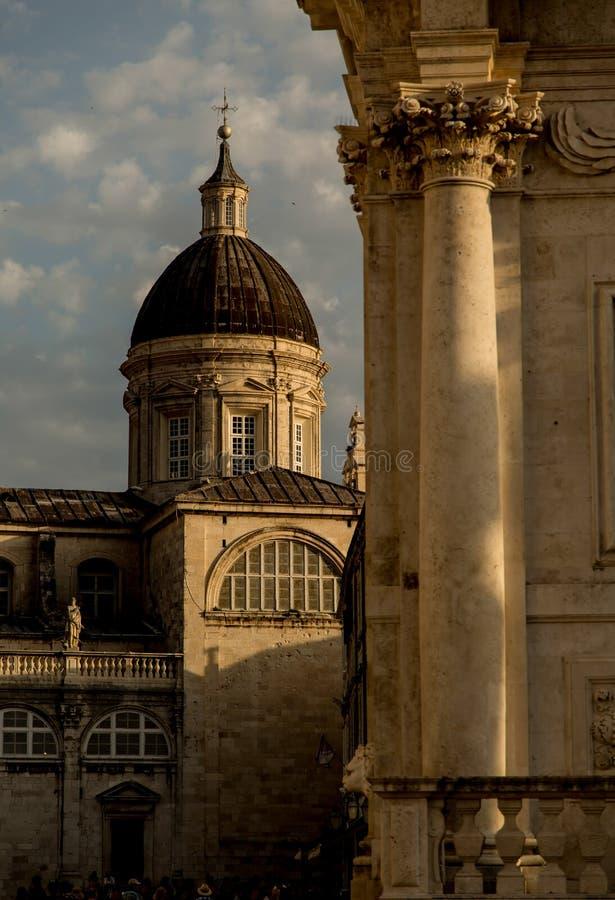 Piękni starzy budynki Dubrovnik, markotny wiosny popołudnie obrazy stock
