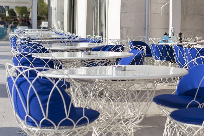 Piękni stoły i krzesła, łozinowy plenerowy, restauracja zdjęcie royalty free