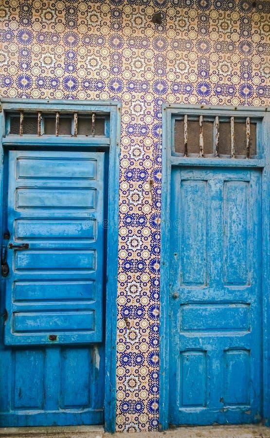 Piękni tradycyjni Marokańscy błękitni drzwi z mozaik ścianami, Ess obraz stock