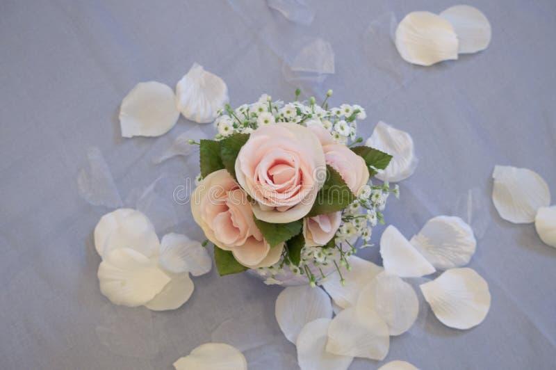 Piękni trzy różany centerpiece przy ślubem zdjęcie stock