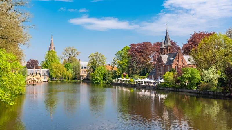 , piękni typowi domy na kanale i kościół w tle, zdjęcie stock