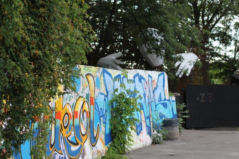 Piękni uliczni sztuka graffiti Abstrakcjonistyczna kreatywnie rysunek moda barwi na ścianach miasto Miastowy rówieśnik zdjęcie royalty free