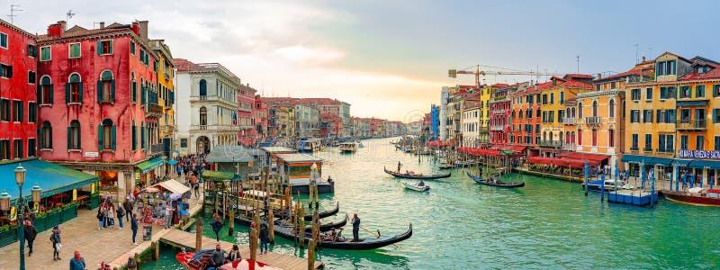 Piękni Wenecja przesmyka kanały z wiele klasycznymi gondolami, zdjęcia royalty free