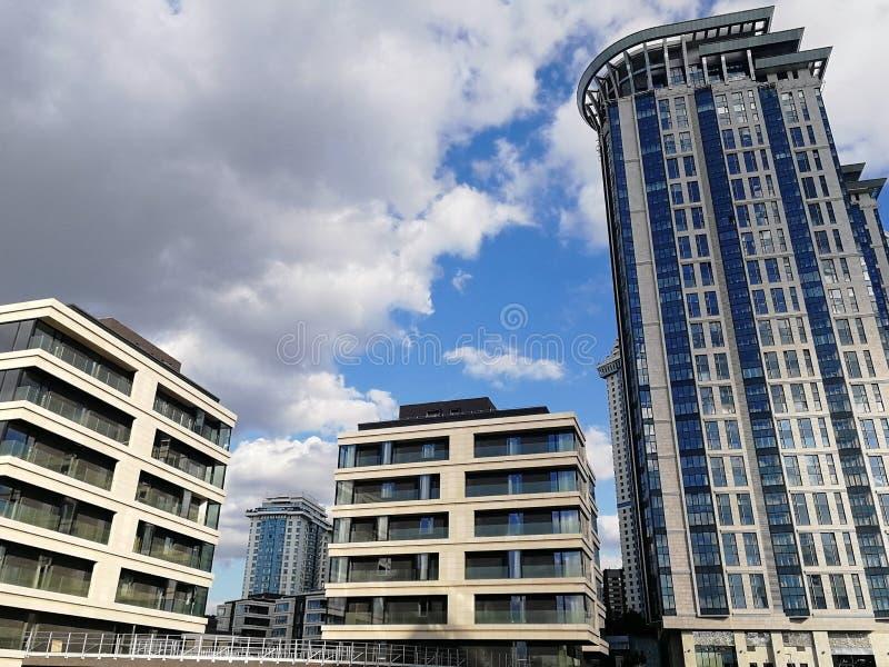 Piękni wysocy piękni budynki w Moskwa na tle piękny niebieskie niebo fotografia royalty free