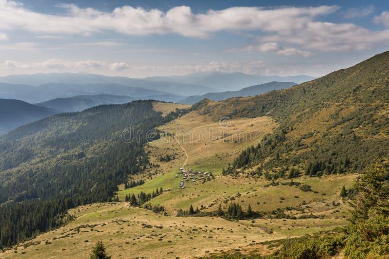 Piękni wzgórza i góry wypełniający z światłem słonecznym zdjęcia royalty free