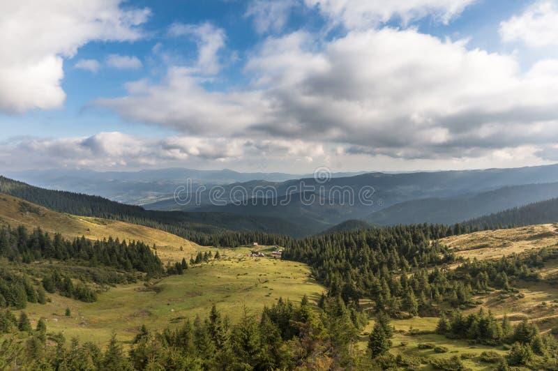 Piękni wzgórza i góry wypełniający z światłem słonecznym obraz royalty free