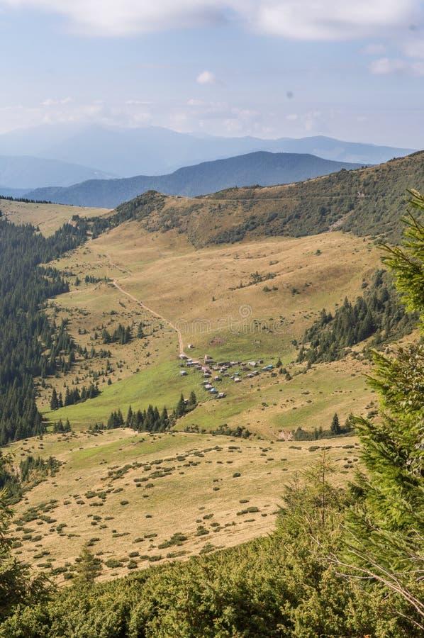 Piękni wzgórza i góry wypełniający z światłem słonecznym zdjęcia stock