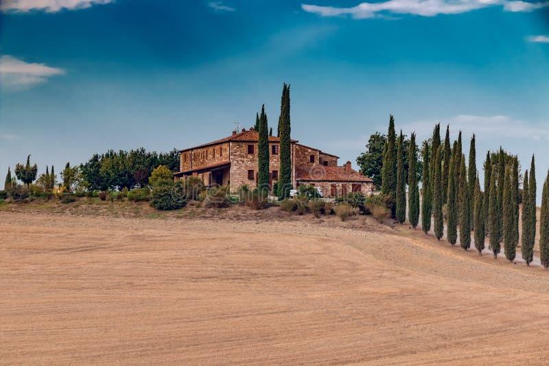 Piękni wzgórza z gospodarstwo rolne domem i cyprysy w Tuscany, Włochy obrazy royalty free