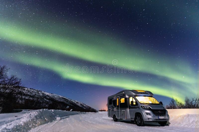 Piękni zieleni północni światła i obozowicz z światłem wśrodku fotografia royalty free