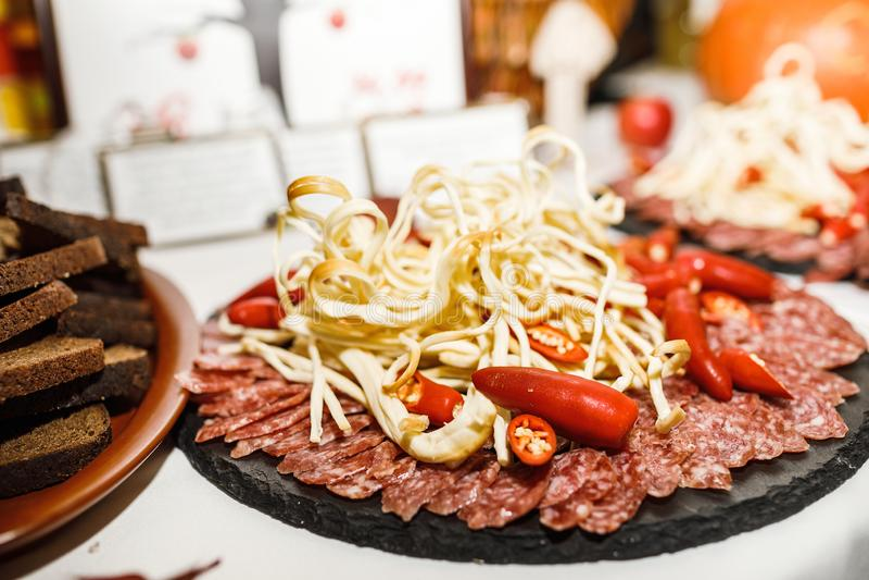 Pięknie dekorujący cateringu bankieta stół z różnym jedzeniem obraz stock