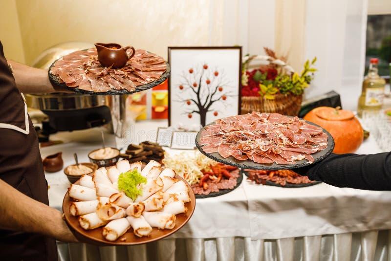 Pięknie dekorujący cateringu bankieta stół z różnym jedzeniem fotografia royalty free