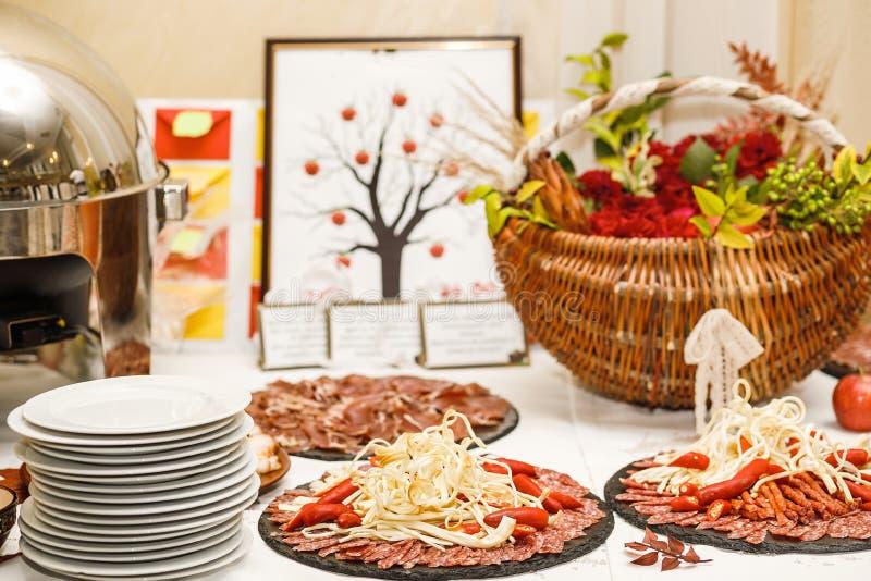 Pięknie dekorujący cateringu bankieta stół z różnym jedzeniem fotografia stock
