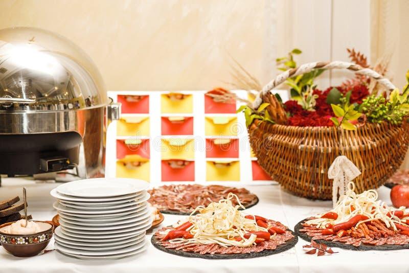 Pięknie dekorujący cateringu bankieta stół z różnym jedzeniem zdjęcia stock
