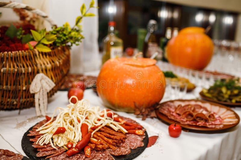 Pięknie dekorujący cateringu bankieta stół z różnym jedzeniem zdjęcia royalty free