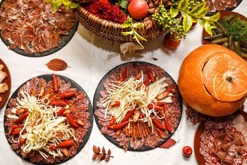 Pięknie dekorujący cateringu bankieta stół z różnym jedzeniem obrazy royalty free