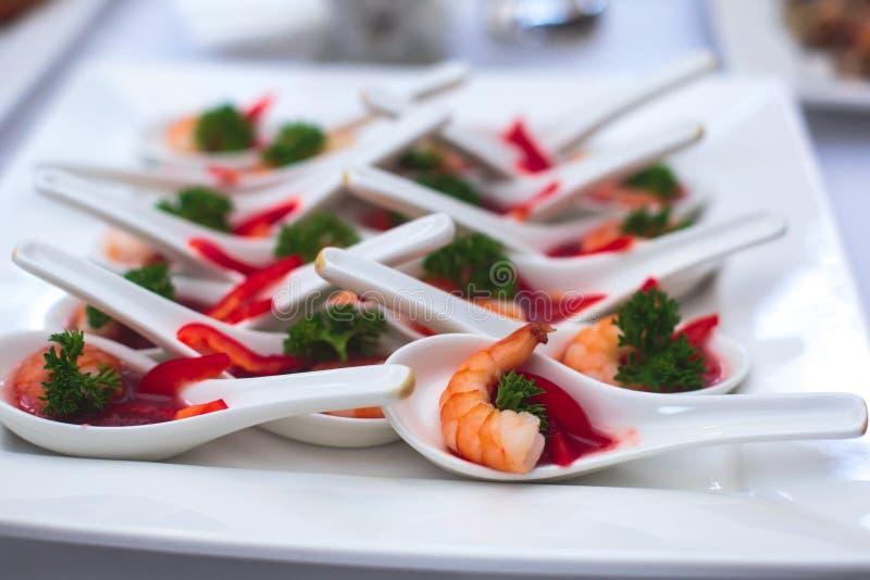Pięknie dekorujący cateringu bankieta stół z różnymi jedzenie przekąskami, zakąskami i obraz royalty free