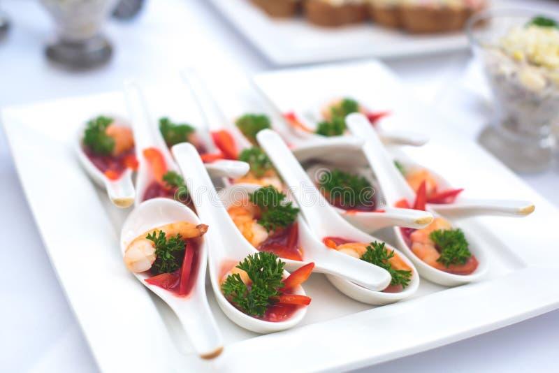 Pięknie dekorujący cateringu bankieta stół z różnymi jedzenie przekąskami, zakąskami i zdjęcie stock