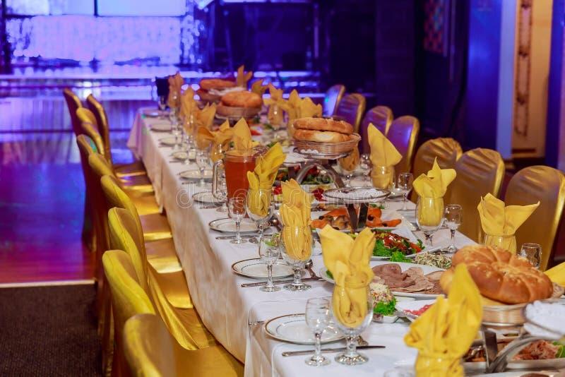 Pięknie dekorujący cateringu bankieta stół z różnymi jedzenie przekąskami, zakąskami i zdjęcie royalty free