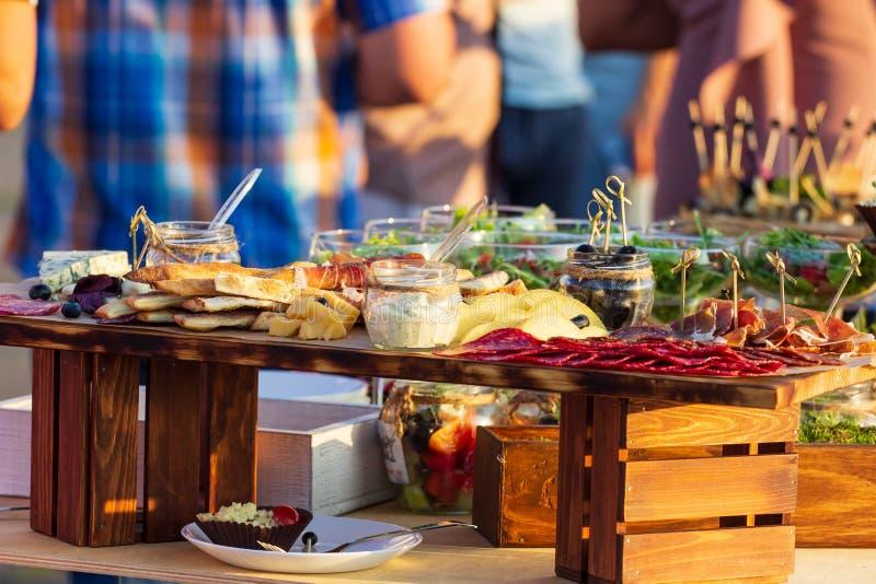 Pięknie dekorujący cateringu bankieta stół z różnymi jedzenie przekąskami, zakąskami z kanapką i, kawior, świeże owoc na corp fotografia stock