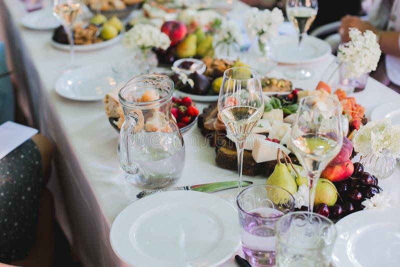 Pięknie dekorujący cateringu bankieta stół z różnymi jedzenie przekąskami, zakąskami z kanapką i, kawior, świeży zdjęcia royalty free