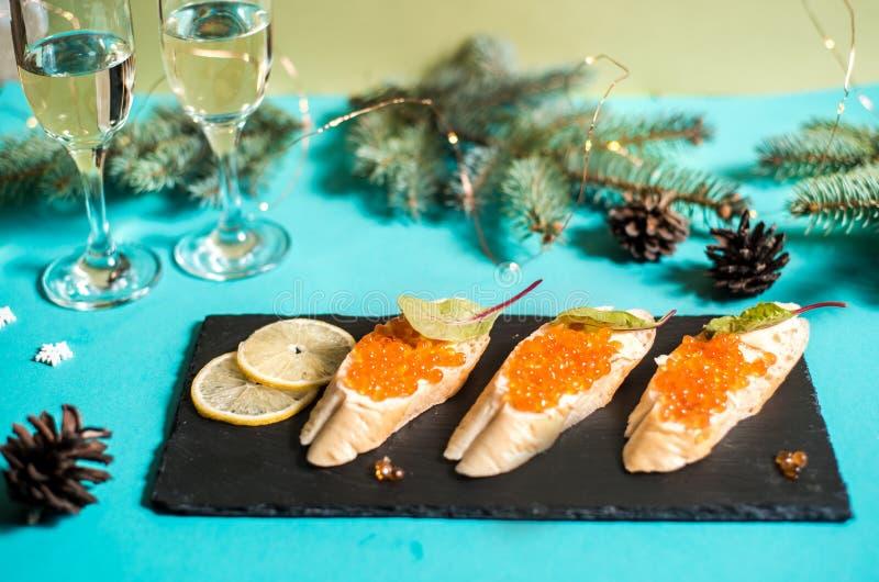 Pięknie dekorujący cateringu bankieta stół z różnymi jedzenie przekąskami, zakąskami na korporacyjnych bożych narodzeniach urodzi obrazy stock