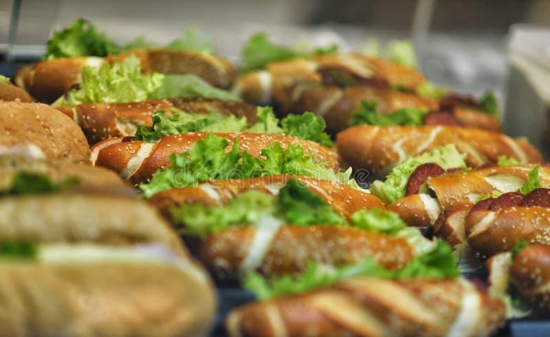 Pięknie dekorujący cateringu bankieta stół z różnymi jedzenie przekąskami, zakąskami z kanapką i obrazy stock