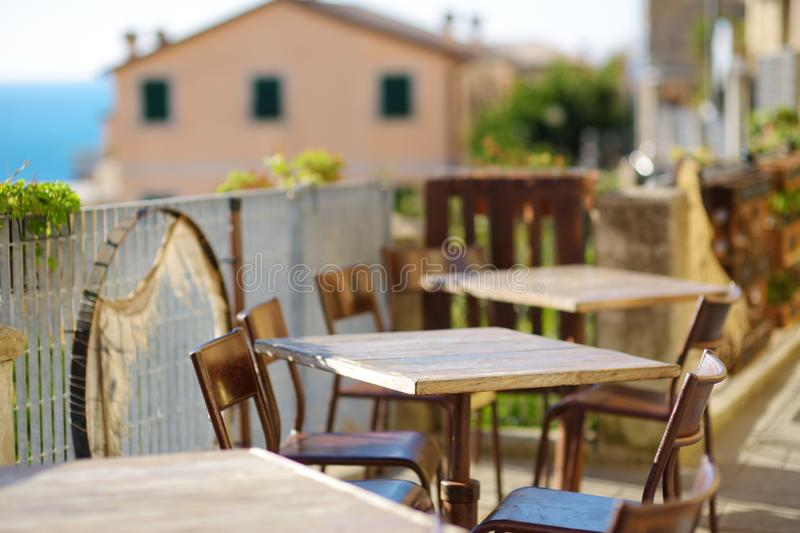 Pięknie dekorujący mali plenerowi restauracja stoły w Riomaggiore wiosce, Cinque Terre, Włochy obrazy stock