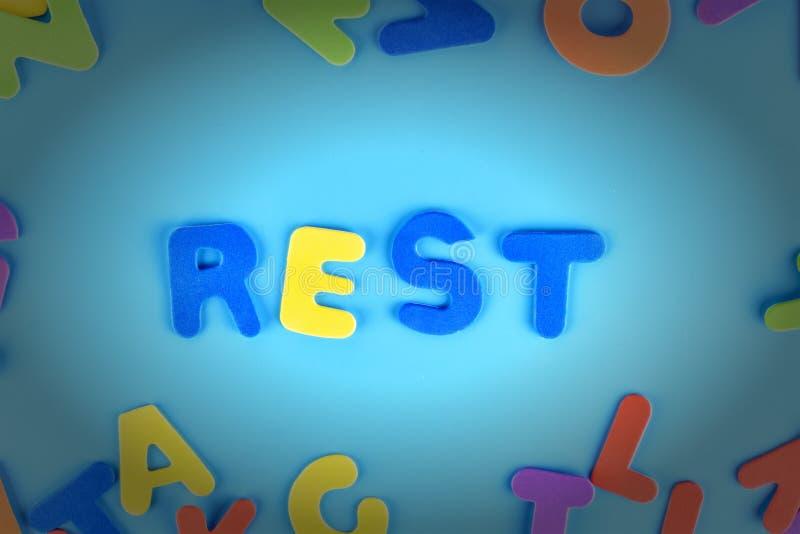 Pięknie kłaść out inskrypcja odpoczynek barwiący listy Tło z winietą zdjęcie stock