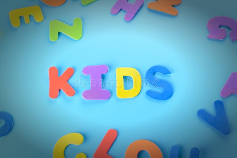 Pięknie kłaść out wpisowi dzieciaki barwiący listy Tło z winietą zdjęcia royalty free
