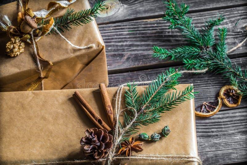 pięknie Pakujący z prezentem na drewnianym tle zdjęcia stock