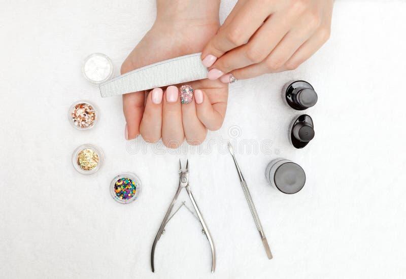 Pięknie robiący manikiur gwoździe na desktop z narzędziami dla manicure'u fotografia stock