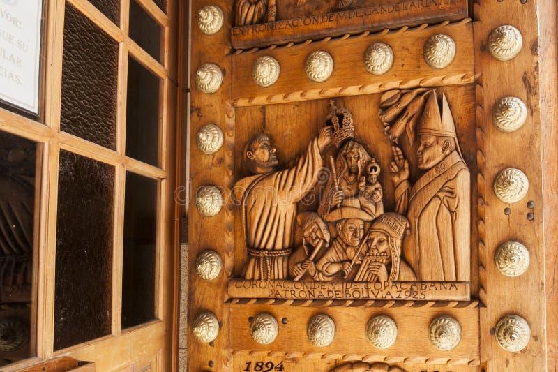Pięknie rzeźbiący drewniany drzwi na bazylice Nasz dama Copacabana patron Boliwia Boliwia zdjęcie stock
