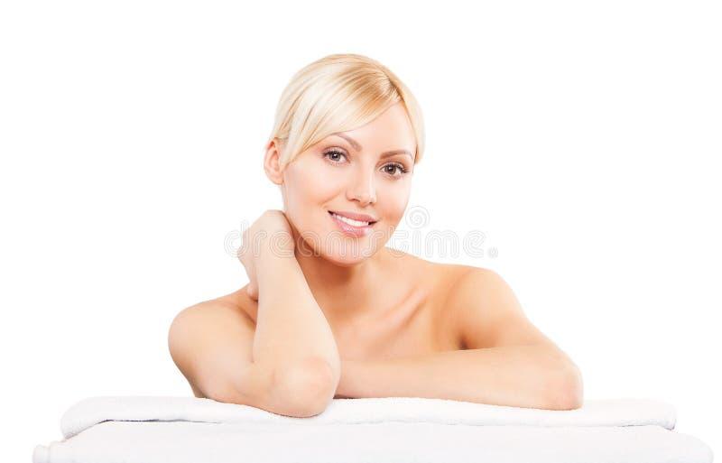 pięknie się kobiety leży Zdrój dziewczyna piękno nailfile paznokcie poleruje zwolnienia zdjęcie royalty free