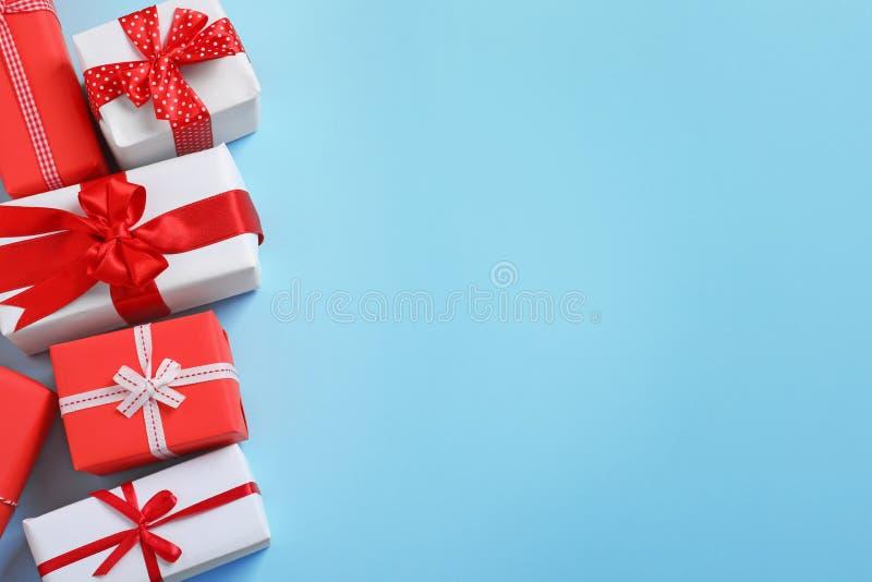 Pięknie zawijający prezentów pudełka na koloru tle obraz stock
