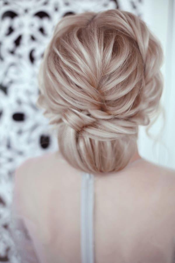Piękno ślubna fryzura Panna młoda Blond dziewczyna z kędzierzawego włosy stylem zdjęcie royalty free