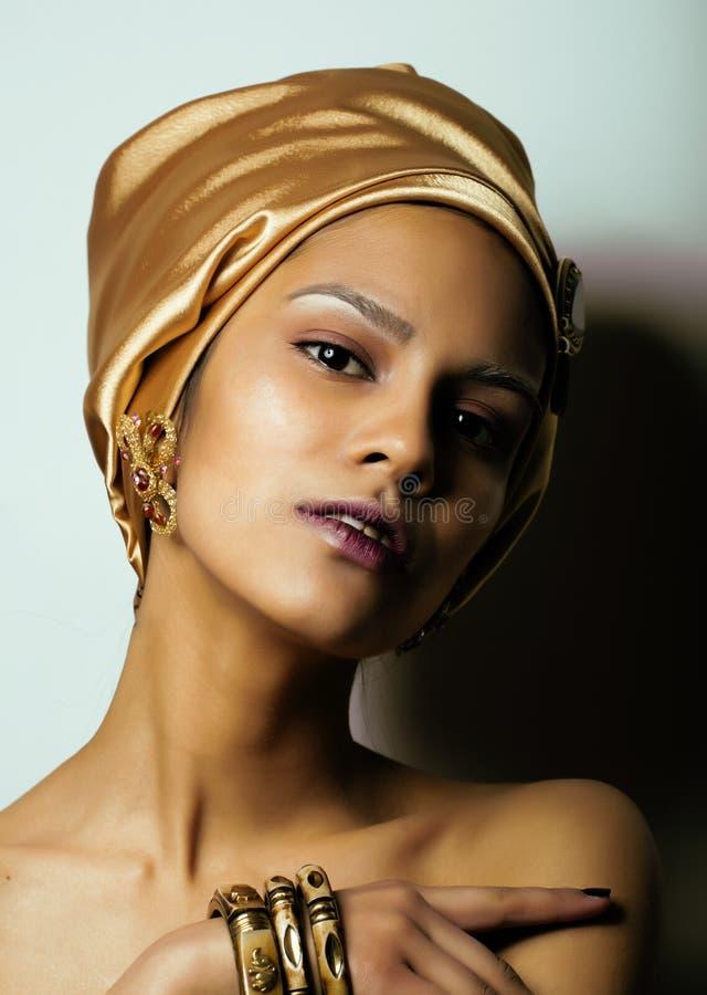 Piękno afrykańska kobieta w chuscie na głowie, bardzo elegancki spojrzenie z złocistą biżuterią obrazy stock