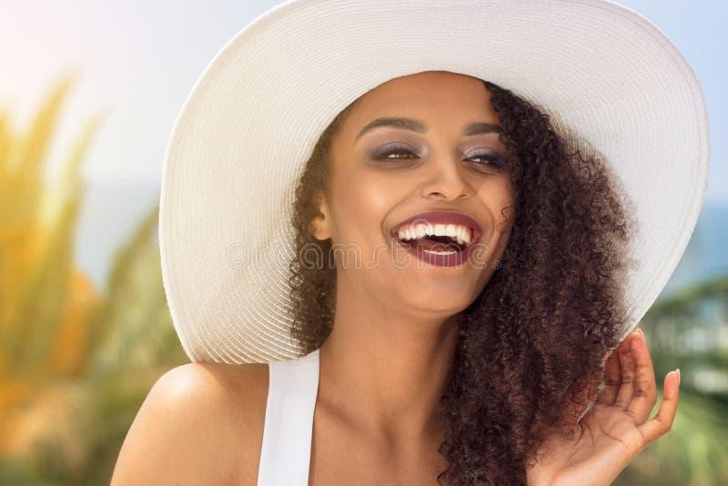 Piękno amerykanina afrykańskiego pochodzenia kobieta w lato kapeluszu zdjęcie royalty free